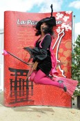 La magicienne Yogane sur son balai à la Parisienne