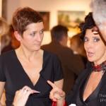 Magicienne au milieu des tableaux et des sculptures de l'exposition : belle soirée